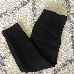 Svarta kostymbyxor från H&M. Använda ett par gånger men i mycket bra skick!