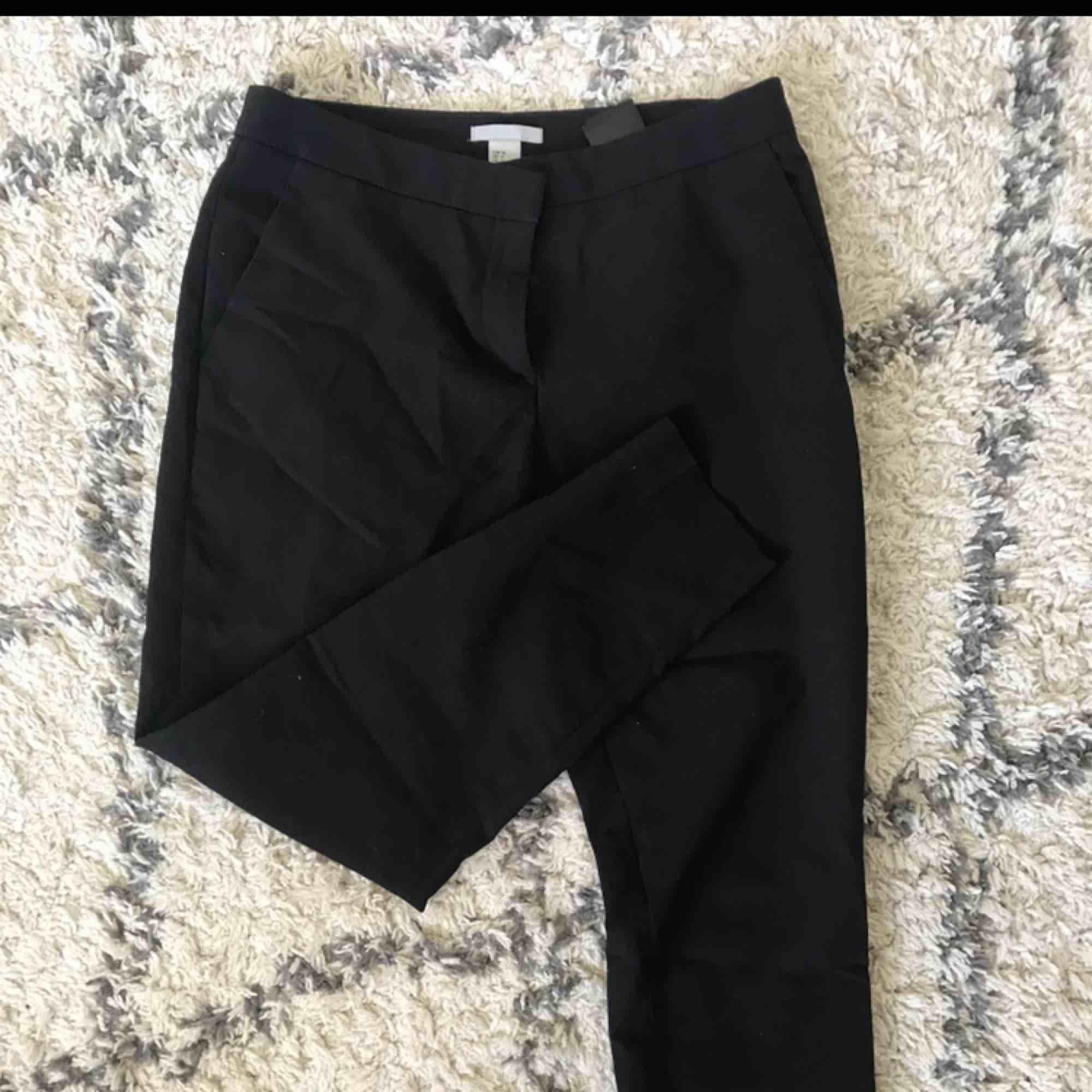 Svarta kostymbyxor från H&M. Använda ett par gånger men i mycket bra skick!. Jeans & Byxor.