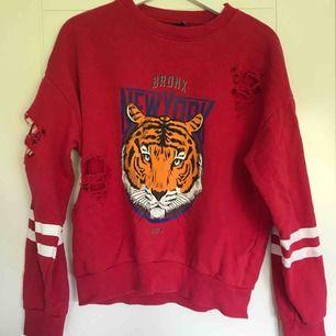 Röd collage-tröja från Gina Tricot, med tryck och slitningar!
