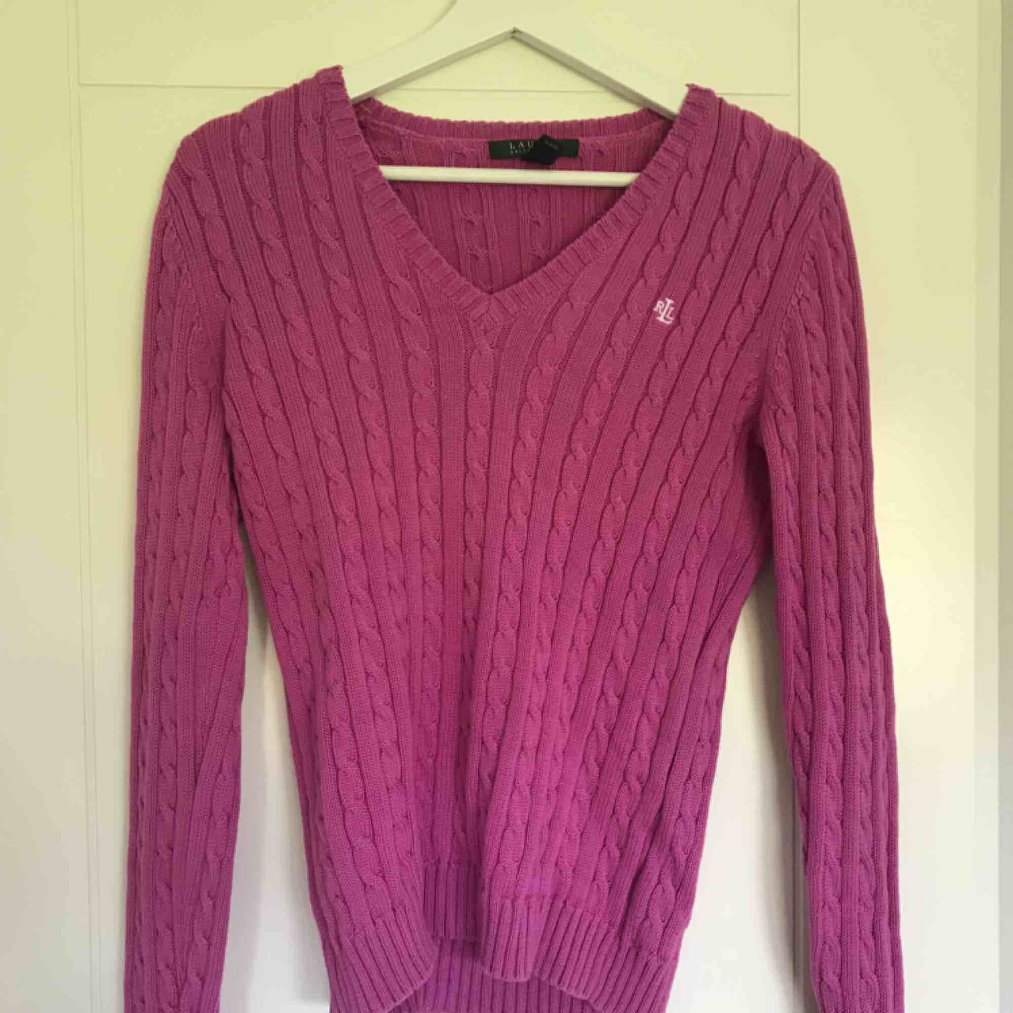 Rosa kabelstickad tröja från Ralph Lauren. Mycket bra skick! Passar XS/S.. Tröjor & Koftor.
