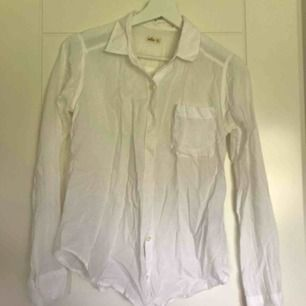Vit linne-skjorta från Hollister. Passar XS/S.