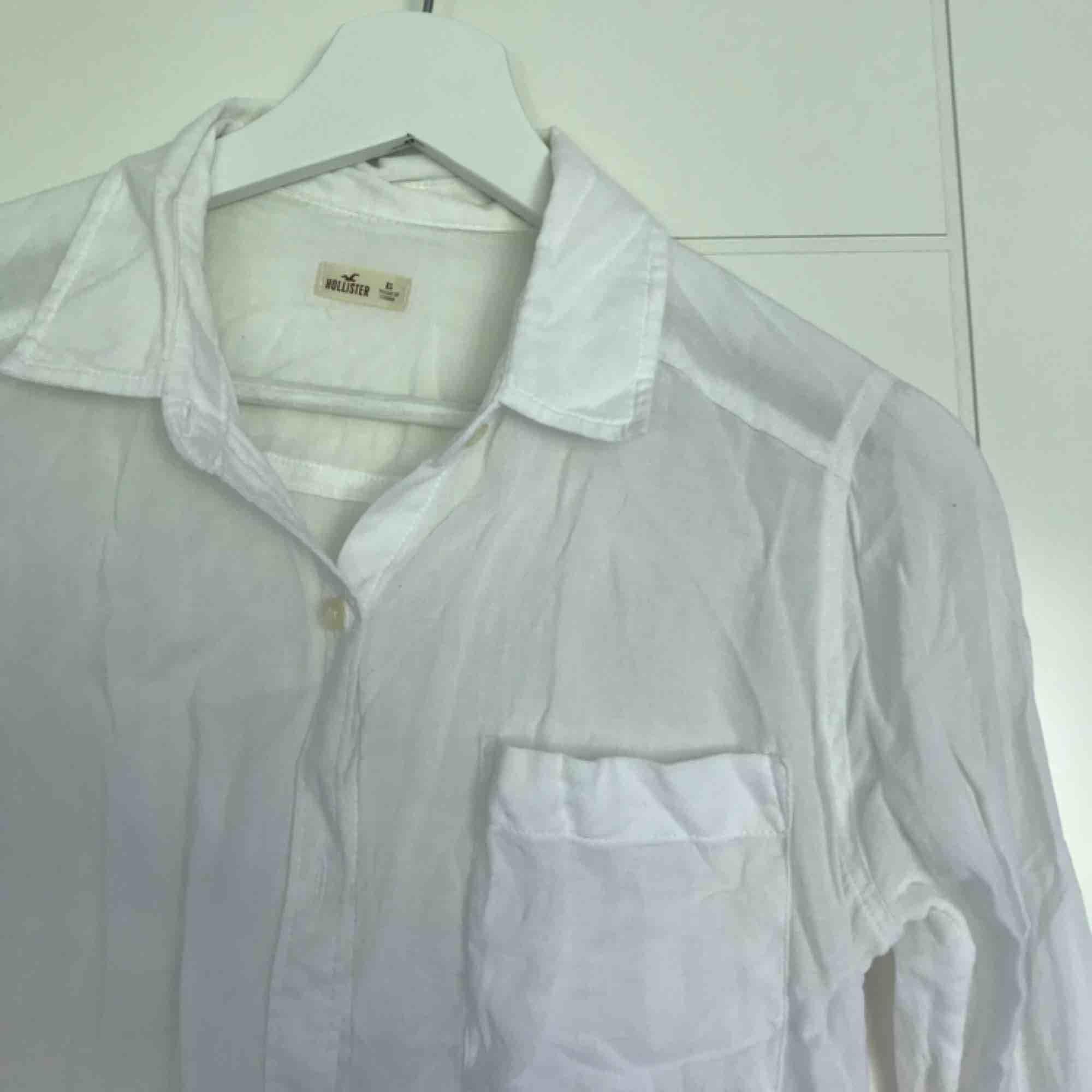 Vit linne-skjorta från Hollister. Passar XS/S. . Skjortor.