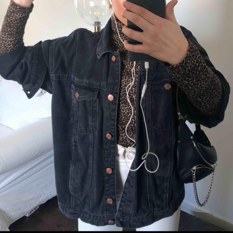 Oversized svart jeansjacka från Monki! Frakt tillkommer 💕. Jackor.