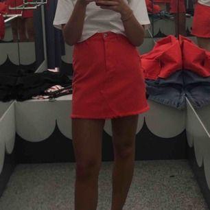 Röd jeanskjol från Monki. Frakt tillkommer❤️