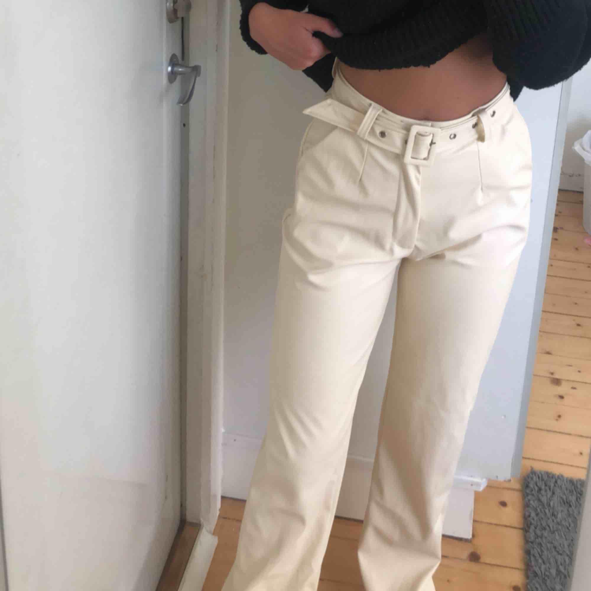 Så sjukt snygga byxor från missguided. Dem är beiga i fake skinn/läder och är utsvängda/raka i modellen! Aldrig använda då dem var lite för långa för mig! Lappen är kvar!   . Jeans & Byxor.