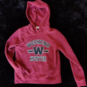 Näst intill oanvänd hoodie från Ginatricot, köpt för längesedan. Köparen står för frakt :)