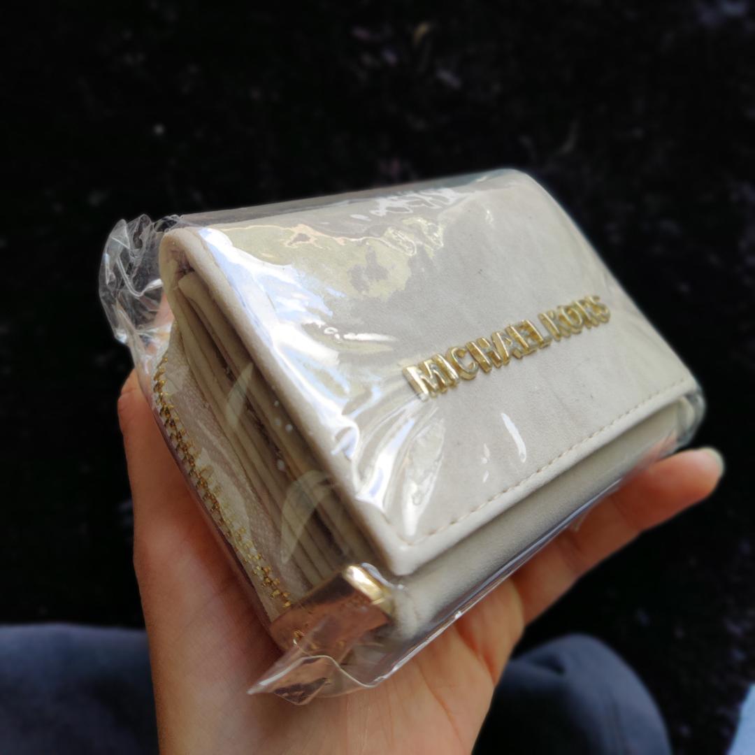 Michael Kors plånbok (ej äkta), oöppnad förpackning så aldrig använd! Köparen står för frakt :) . Övrigt.
