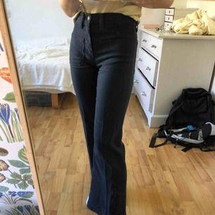 Vida marinblå byxor från Levis. Köpta secondhand, men skulle säga att de passar storlek 32. Kontakta mig för fler bilder!