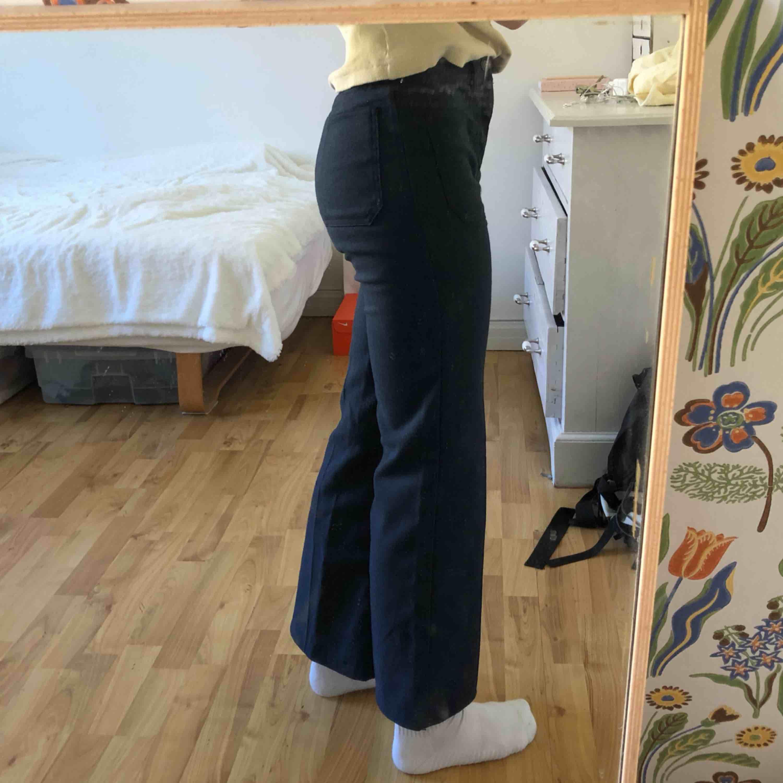 Vida marinblå byxor från Levis. Köpta secondhand, men skulle säga att de passar storlek 32. Kontakta mig för fler bilder!. Jeans & Byxor.