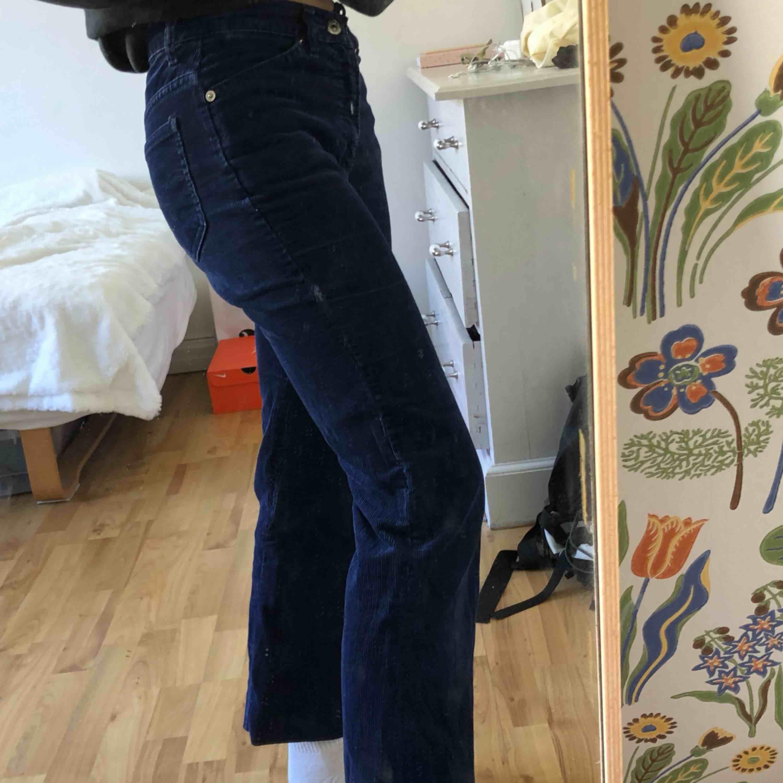Blå ribbade byxor från Levis! Passar ca storlek 32. Finns i Malmö, Kontakta mig för fler bilder!. Jeans & Byxor.