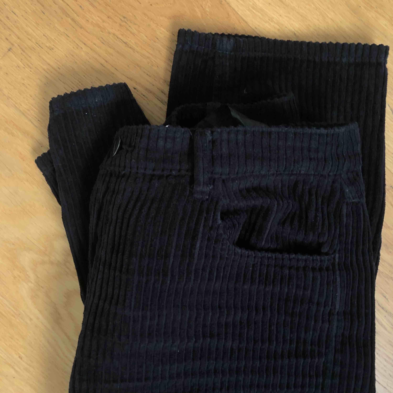 Manchesterbyxor från Zara. (Lägger upp de här byxorna igen för de andra bilderna jag la upp på dessa var skitdåliga). Bra skick! Frakt typ 50 kr . Jeans & Byxor.