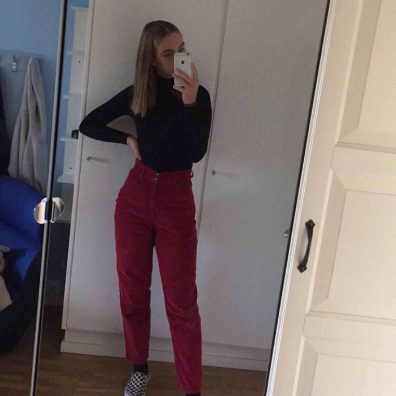 Röda Manchester byxor , köpta på beyond retro. St s. Jeans & Byxor.