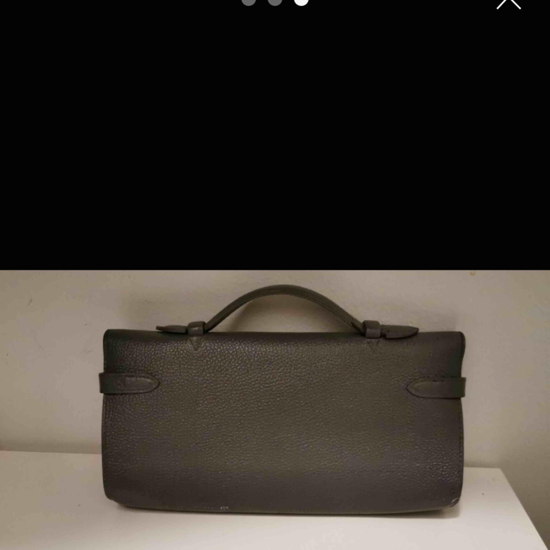Hermes Birkininspirerad clutch Använd men fin Stl 30x13x3.5 cm Ursprungfärg plommon som på insidan - men omgjord/ommålad hos väskmakare. Väskor.
