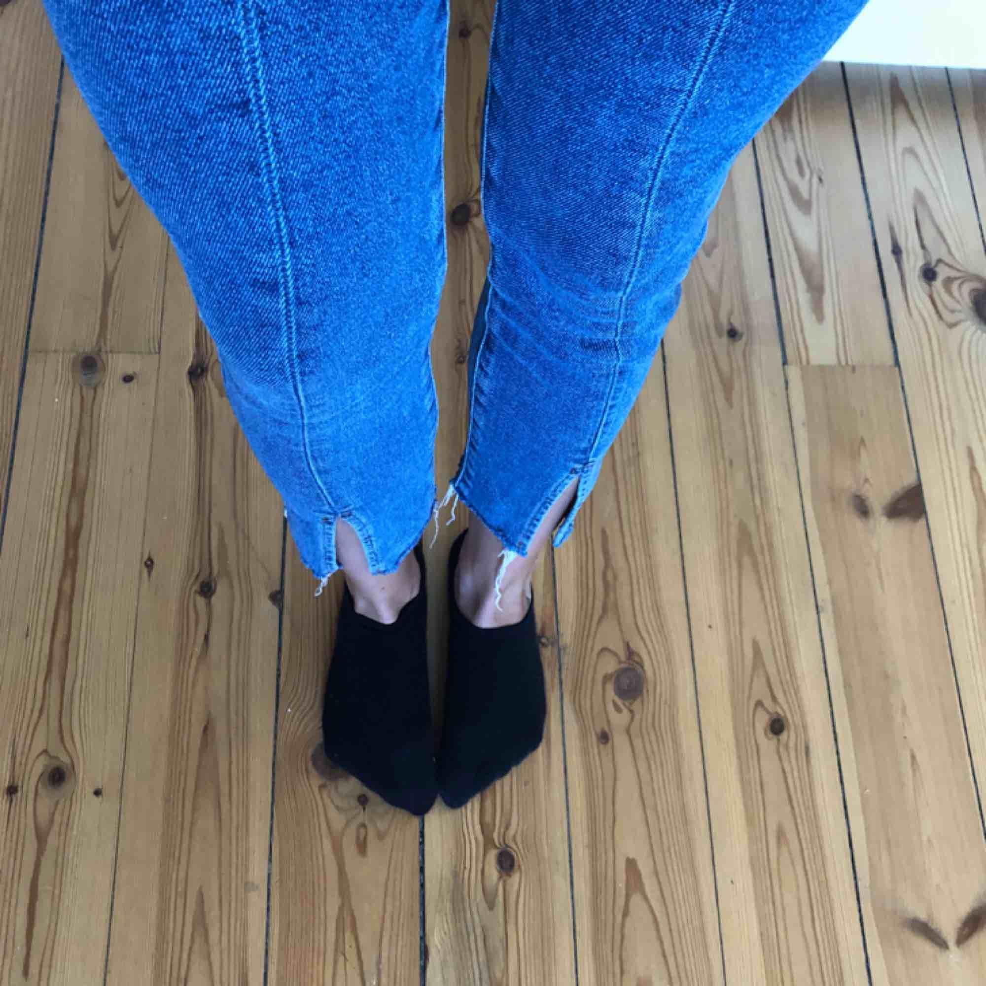 Snygga highwaist skinnyjeans med slits vid ankeln och synliga sömmar framtill från Forever 21. Använda två gånger. . Jeans & Byxor.