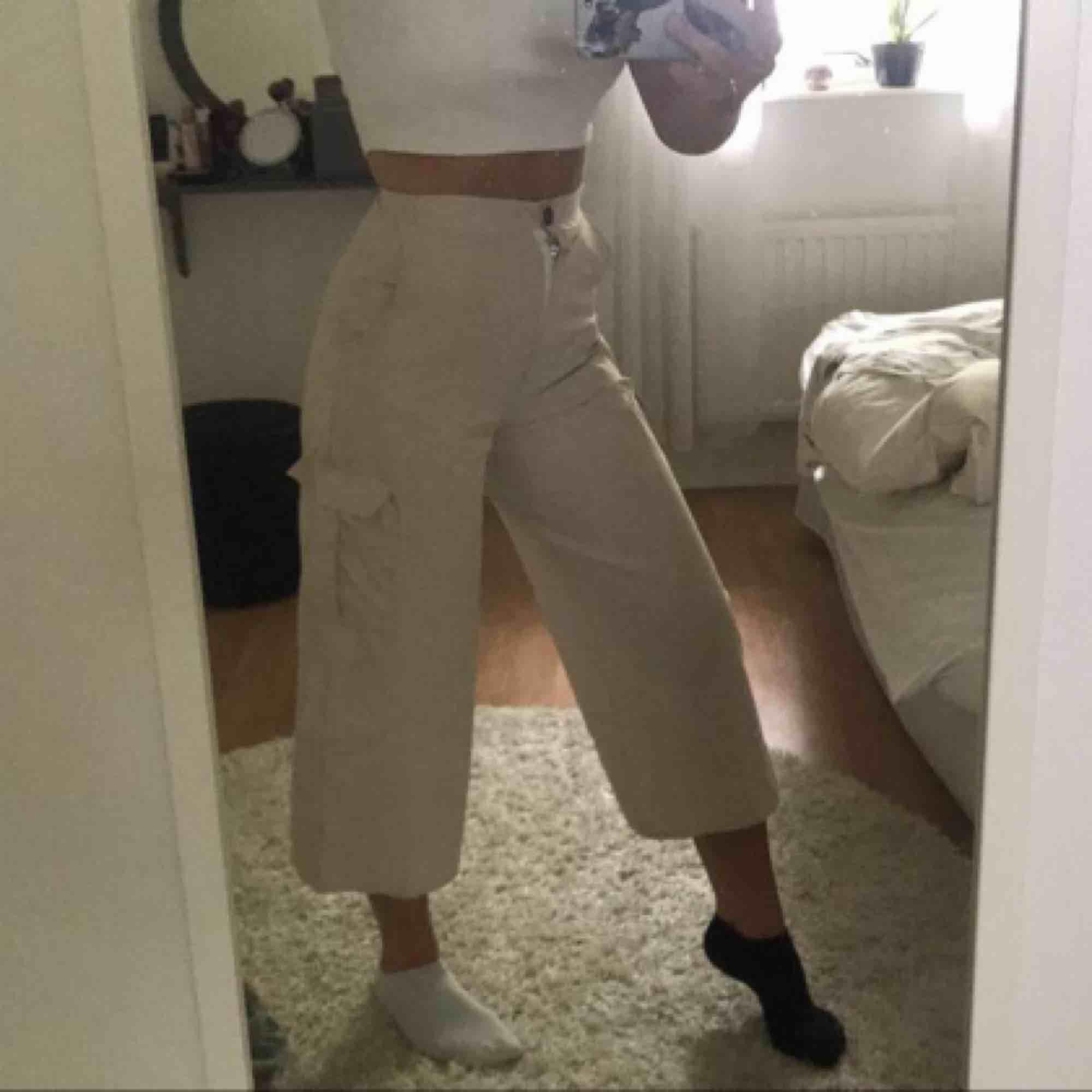 Jättefina ljusa/beige (ish) byxor i strl 36. Köpta på prettylittlethings och är endast använda 1/2 gånger. De har fickor på sidorna och är vida nertill. Köparen står för frakt💞. Jeans & Byxor.