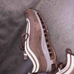 Damskor från Nike i storlek 38, modell air max 97. Använda ett fåtal gånger och är i exemplariskt skick!  Nypris 1,900 Mitt pris 900 Kan gå lägre vid snabb affär! Finns att hämta i Stockholm! Annars står köparen för frakt!!!