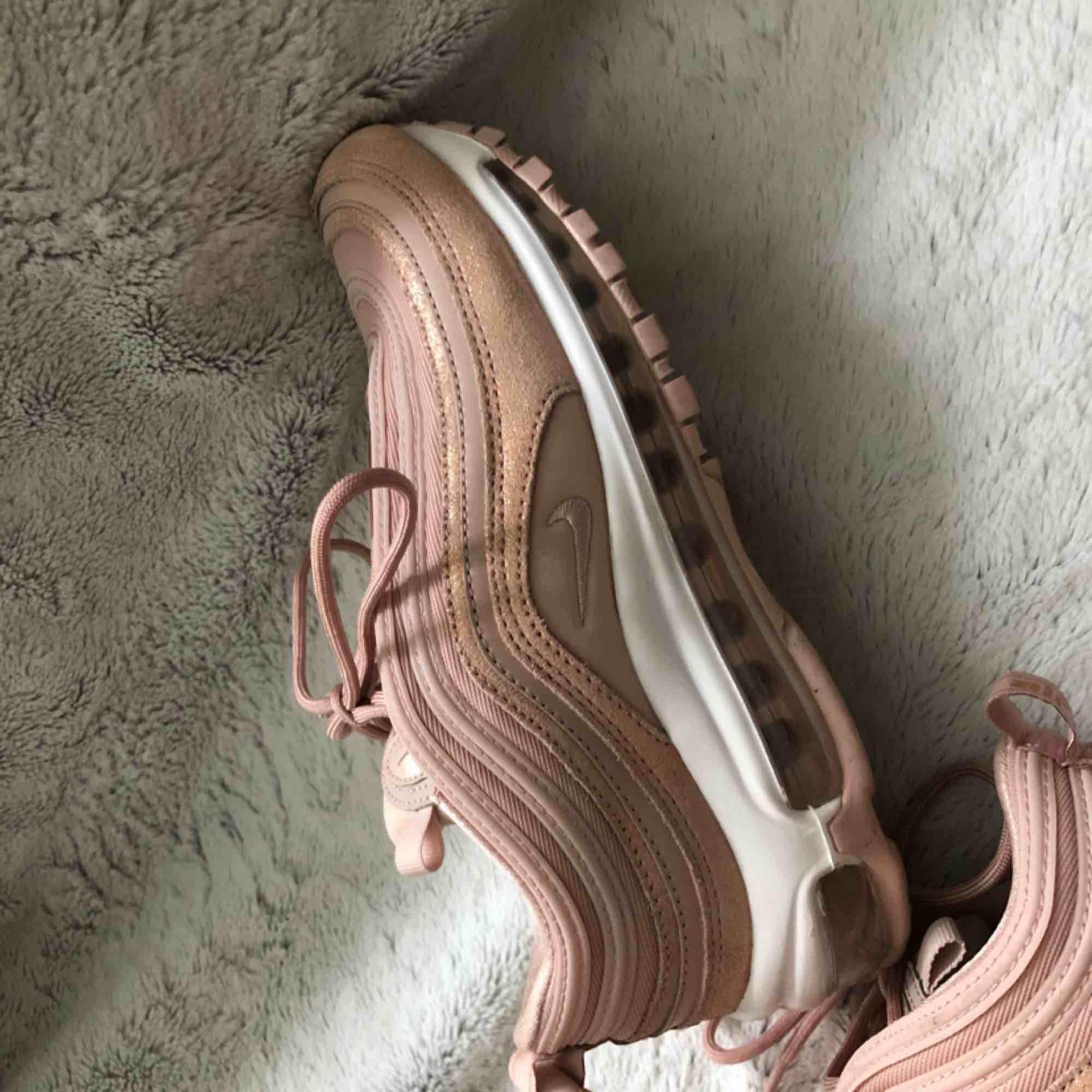 Damskor från Nike i storlek 38, modell air max 97. Använda ett fåtal gånger och är i exemplariskt skick!  Nypris 1,900 Mitt pris 900 Kan gå lägre vid snabb affär! Finns att hämta i Stockholm! Annars står köparen för frakt!!!. Skor.