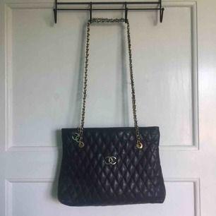 OBS FAKE! (troligen, inte säker då jag ärvt den av min farmor och hon har haft vissa äkta, vissa fake) Chanel väska. Begagnat skick men fin!