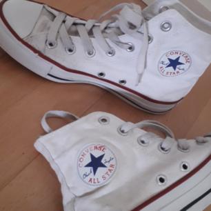 Vita Converse-givetvis Äkta. Använda men tvättade(själva skorna är tvättade i maskin men inte snörena). Tillägg 50:- för frakt så står jag för resten!