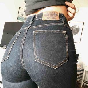 Mörkblåa, skinny, högmidjade Crocker Jeans i modellen Pow High. Knappt använda.