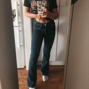 Mörkblåa bootcut jeans från Brandy Melville. Säljes pga för stora. Knappt använda. Hög midja.