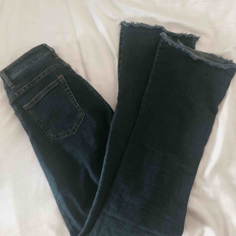 Mörkblåa bootcut jeans från Brandy Melville. Säljes pga för stora. Knappt använda. Hög midja.. Jeans & Byxor.