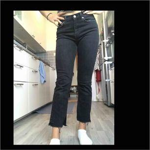 Zara jeans i svart urtvättad färg, väldigt stretchiga och bekväma!!