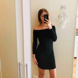 Figursydd off shoulder klänning i mycket gott skick. Sällan använd. Köpare står för frakt om upphämtning ej är ett alternativ.