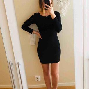 Figursydd klänning med öppen rygg. I mycket god skick använd en sommar. Köpare står för frakt om upphämtning ej är ett alternativ.