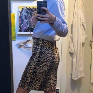 Leopard kjol köpt på Beyond retro!! Använd 1 gång, säljs nu!  Vid frakt tillkommer 20kr!! Jag är 178 och har normalt storlek s! Bara att höra av sig vid frågor :)☀️