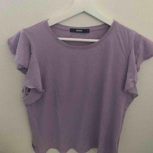 T-shirt med volanger från bikbok, jättesöt men använder inte längre. Frakt tillkommer på 36kr💓💓