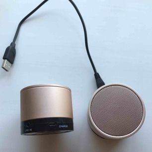Säljer 2st bluetooth högtalare i färgen roséguld!! Fungerar super bra och använda fåtal gånger! Säljer för 70kr/st