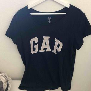Marinblå t-shirt från GAP. sjukt mysig och skön🙏🏼 Frakt 36kr