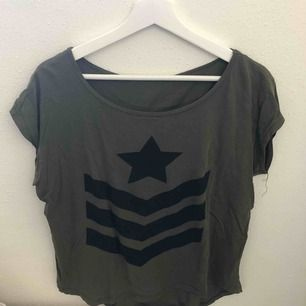 Mörkgrön t-shirt i militärstil från h&m. Frakt 36kr