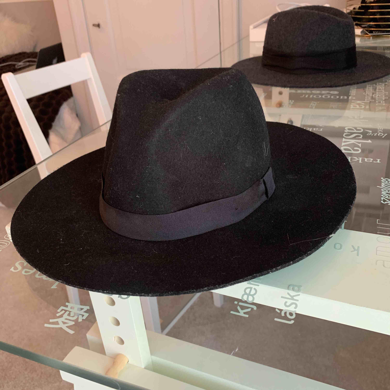 En svart hatt (one size) . Accessoarer.