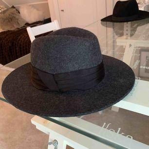 Mörkgrå hatt storlek S från Zara