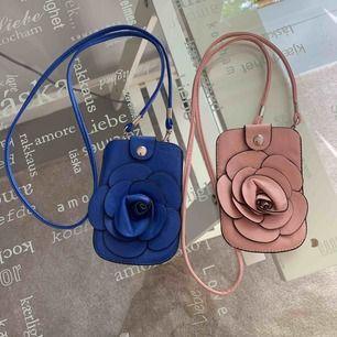 Två minibags, en blå och en rosa. Axelbandet går att ta av, de får plats med plånbok/nyklar/ liten mobil osv.