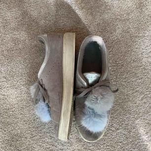 Ett par sneakers från Zara. De är grå och silvriga med en grå samt blå boll vid skosnöret. De är i bra skick och inte så smutsiga. Köpta några år sedan och finns inte kvar i butik.
