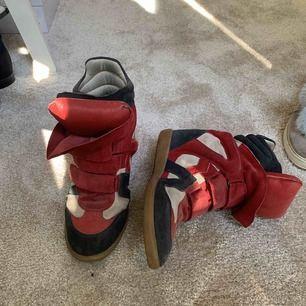 Ett par Isabel Marant Etoile skor i färgerna svart, rött och vitt/beige. Storlek 41 men 40/39 går bra. Använda i några år men i bra skick över lag.