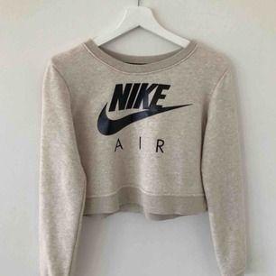 Säljer en croppad Nike tröja 💛