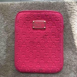 Ett Ipad fodral från marc by marc jacobs. Har två små fläckar så säljer för 100kr. Passar för originalstorleken av en Ipad. Färgen är rosa.