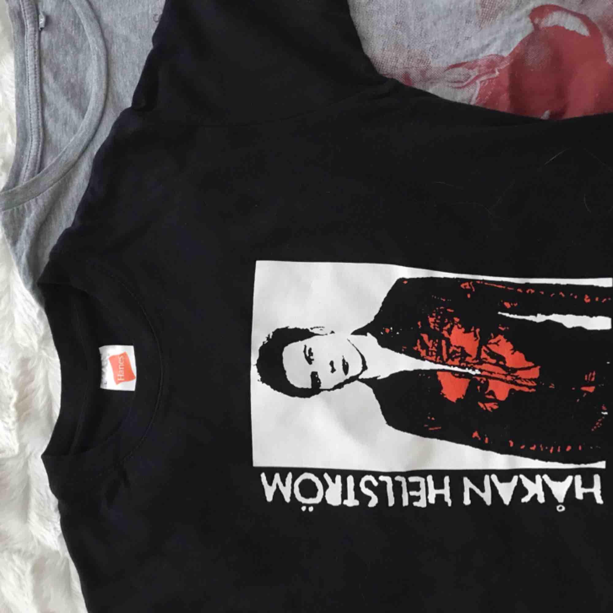 Två Håkan Hellström t-shirts!!! 2 för 150! En för 80 kr! Pris inkl frakt ❤️. T-shirts.