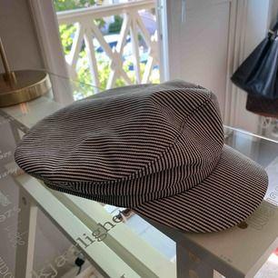 En hatt från Zara. svart och vit randig, aldrig använd.