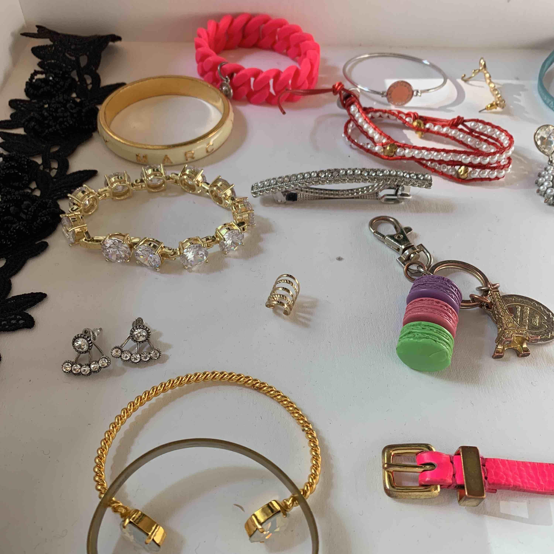 Säljer alla möjliga smycken för 50kr/st. Den svarta är en choker med blommor, stora rosa är gummi +  silver med rosa cirkel + rosa med guldplatta + vita runda är från marc jacobs, nyckelring är från laduree i paris. . Accessoarer.