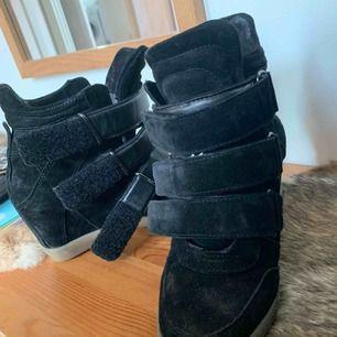 Isabel marant lookalikes! Använda några gånger men i fint skick. Inköpta på Johanssons sko för ca 1200kr. Som ni ser är de väldigt lika Isabel marants bekett sko!