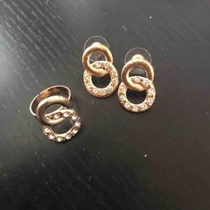 Oanvända örhängen plus en matchande ring. Fraktar ej då jag inte har något bra att packa i. Möts i Sthlm !