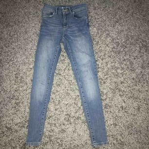 Ett par super snygga tajta cropped jeans ifrån bikbok! Jag säljer dessa pga endast använda en gång och kommer inte till användning! Köparen står för frakten och tar emot swish!💗