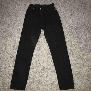 Ett par super snygga högmidjade svarta mom jeans ifrån monki i stl 24! Säljer pga att jag inte använder dessa och hoppas de kan komma till användning hos någon annan! Köparen står för frakt och tar emot swish!💗