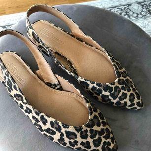 Helt nya ballerina skor, fick dom i födelsedagspresent och dom passar mig inte i smaken så säljer dom :) HELT oanvända. Du står för frakt.