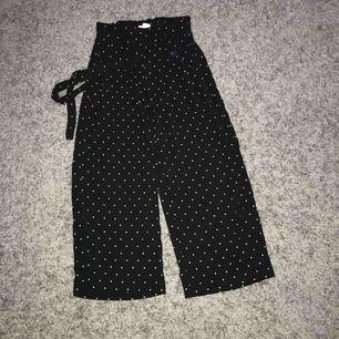 Säljer dessa jätte fina högmidjade culotte byxorna i stl XS! Köparen står för frakt och jag tar emot swish!💗